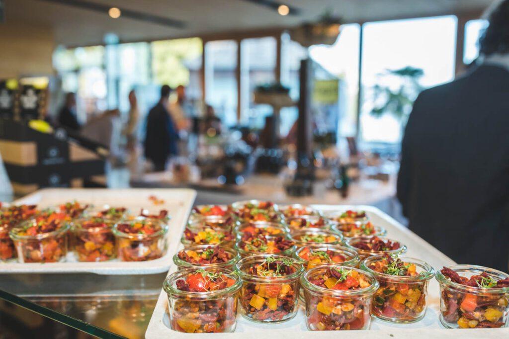 Proteinreiche Innovation: Insekten-Pasta mit Salat von Beneto Foods